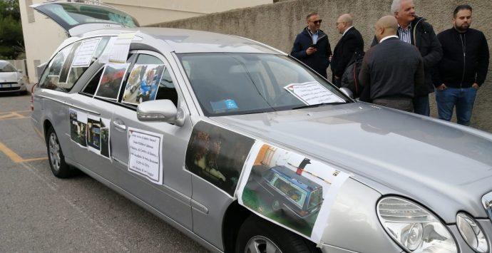 Continua la protesta delle imprese funebri. «Approvare regolamento»