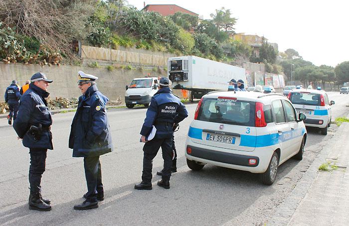 Controlli della Polizia Locale sul commercio ambulante abusivo. Sanzioni per 5100 euro