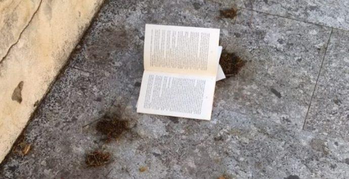 Piazza Castello, strappati i libri della bacheca del bookcrossing
