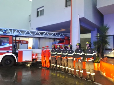 L'omaggio degli operatori sanitari per i pompieri morti in Piemonte
