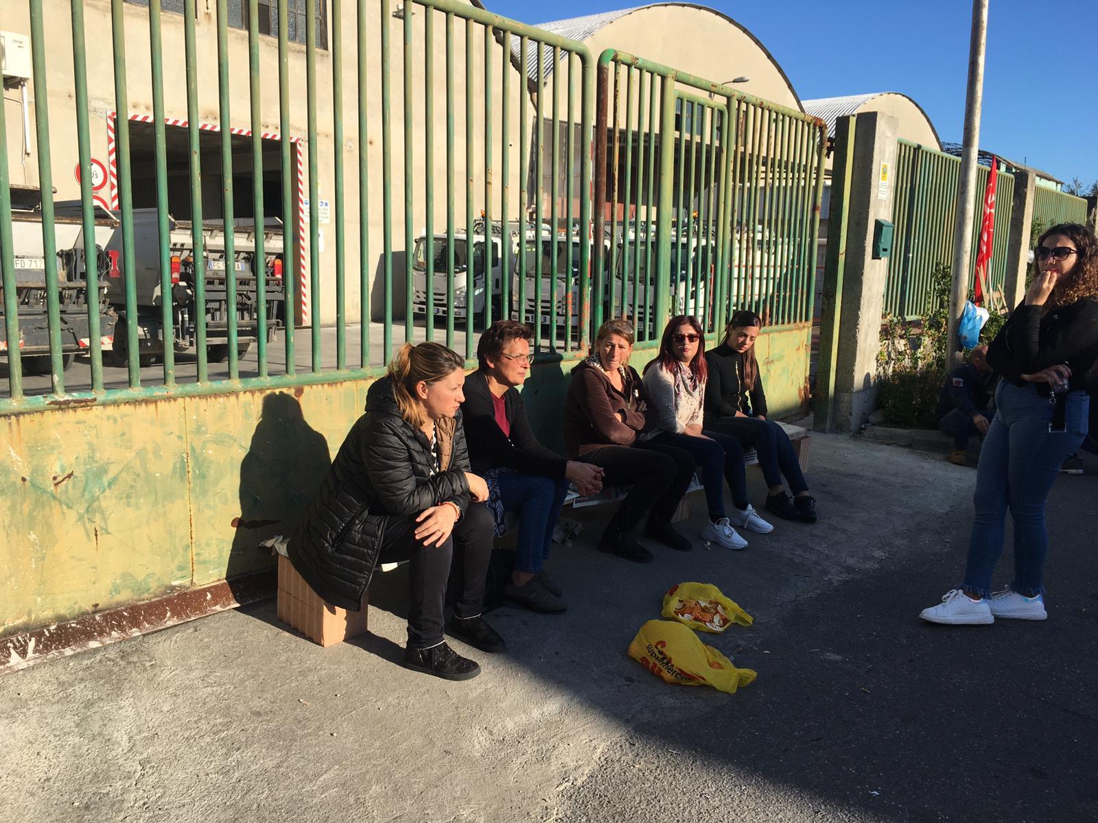 Locride Ambiente, anche le mogli vicine ai lavoratori in protesta
