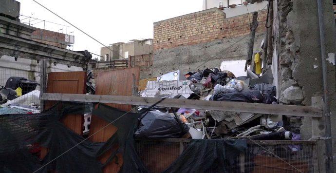 Sedici famiglie vivono ancora  nelle baracche dell'ex Polveriera, accanto a tonnellate di rifiuti