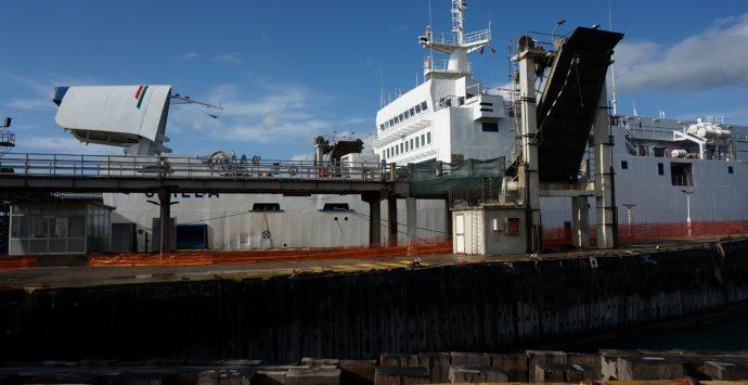 Villa S. G., la nave Scilla (Rfi) urta la banchina.Odissea dei passeggeri
