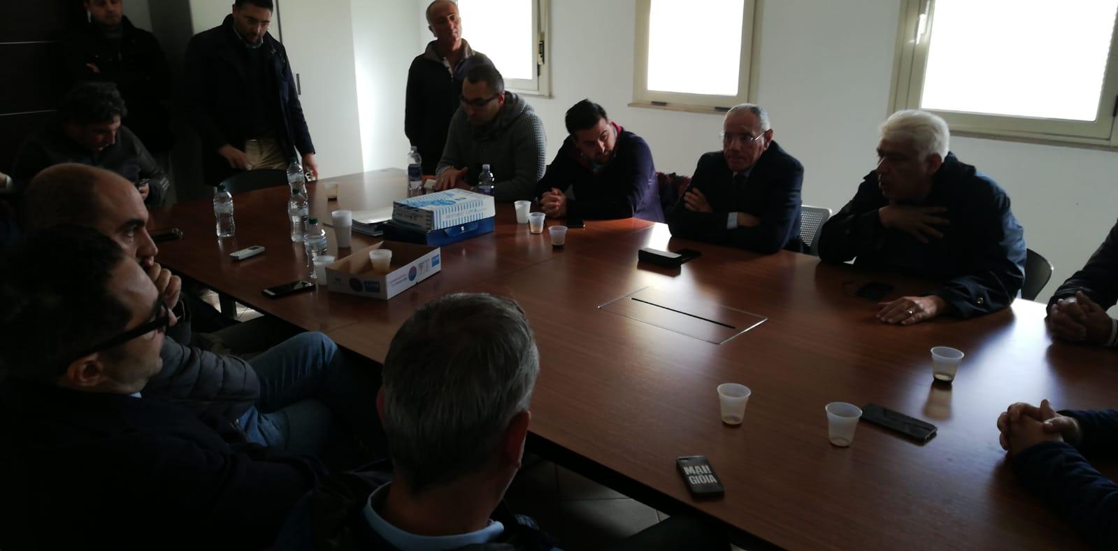 Emergenza rifiuti, i sindaci della Piana protestano a Gioia Tauro