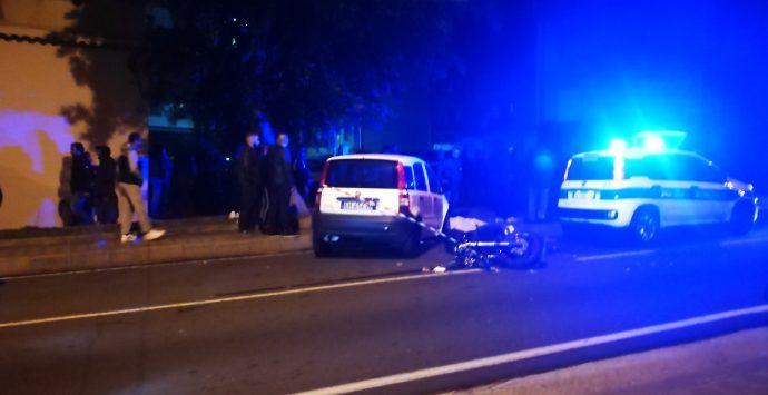 Reggio, incidente mortale fra auto e moto nel quartiere Modena. Deceduto 24enne