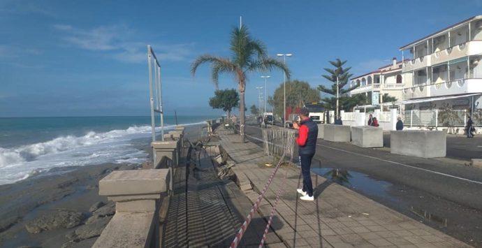 Il lungomare di Melito crolla sotto la furia del mare in tempesta