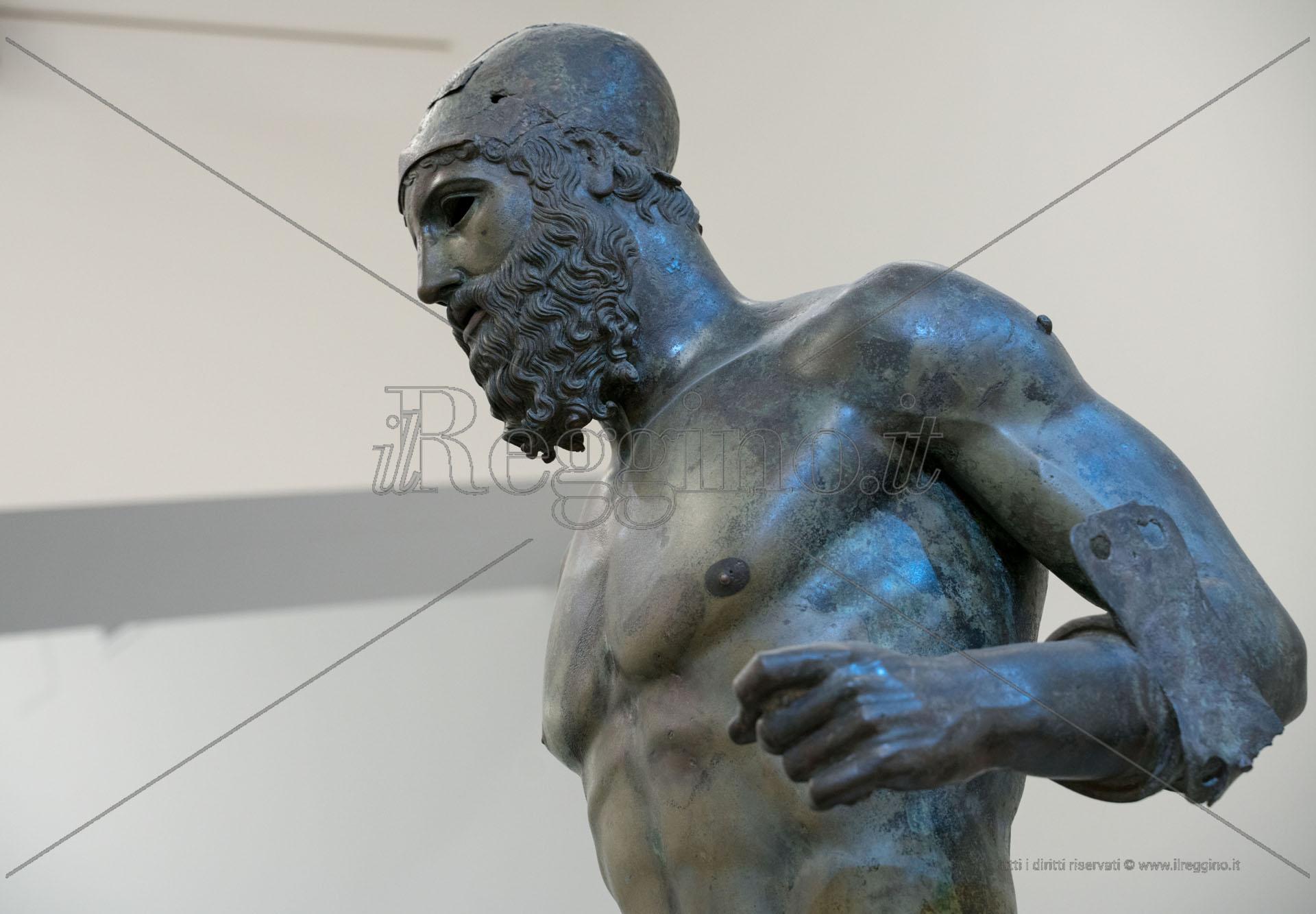 Bronzi, il giallo della terza statua dalle braccia aperte: è la madre?