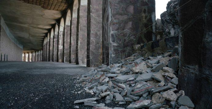 Scilla, la galleria cade a pezzi dopo anni di incuria. I commissari la mettono in sicurezza