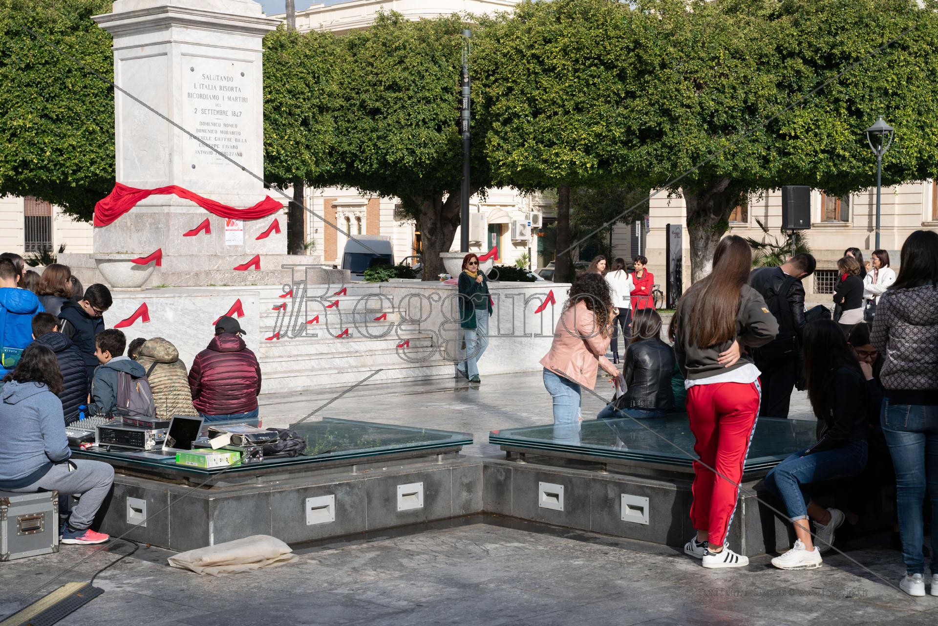 """""""25 novembre e oltre"""". Studenti in piazza contro la violenza sulle donne"""