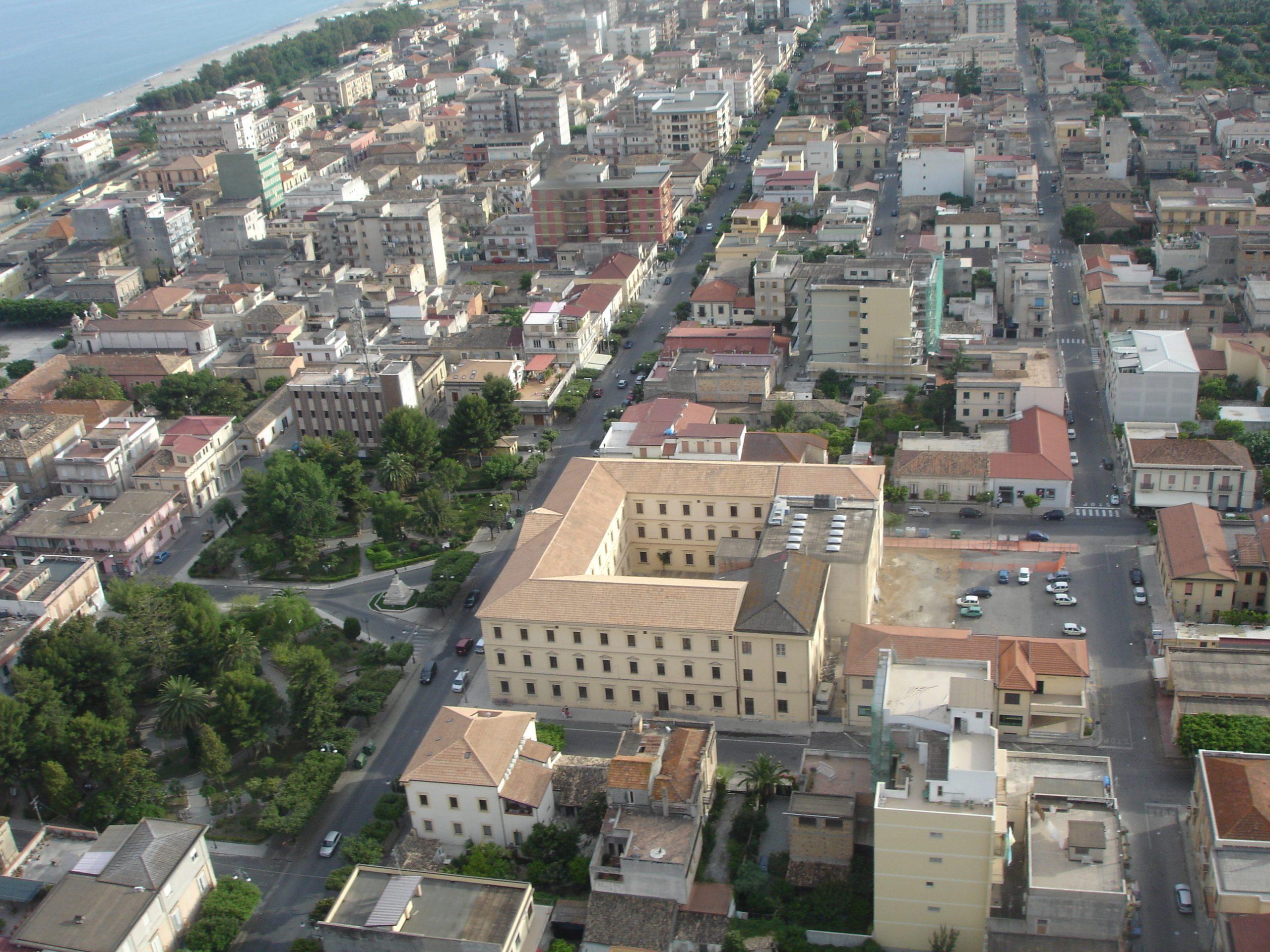 Locri, il sindaco Calabrese: «Rientrate a casa. Troppe persone in giro senza motivo»