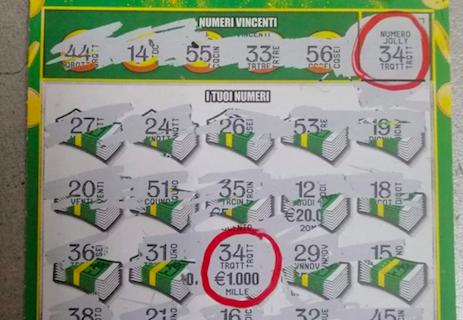 """Cede il """"gratta e vinci"""" a una donna e lei vince subito 10mila euro"""