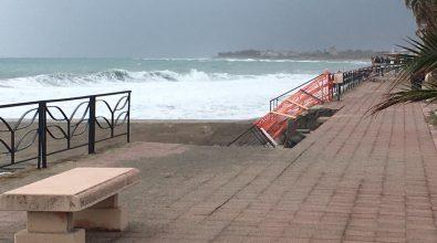 A Siderno cede un altro pezzo di lungomare sotto la furia della mareggiata