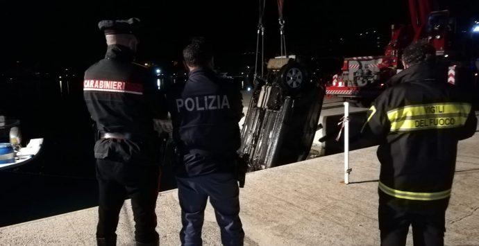 Poliziotto si tuffa in mare per salvare il collega in pensione