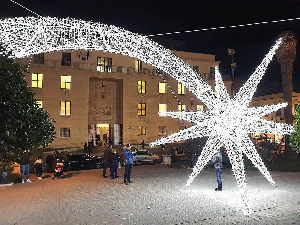 Una stella cometa illumina piazza De Nava