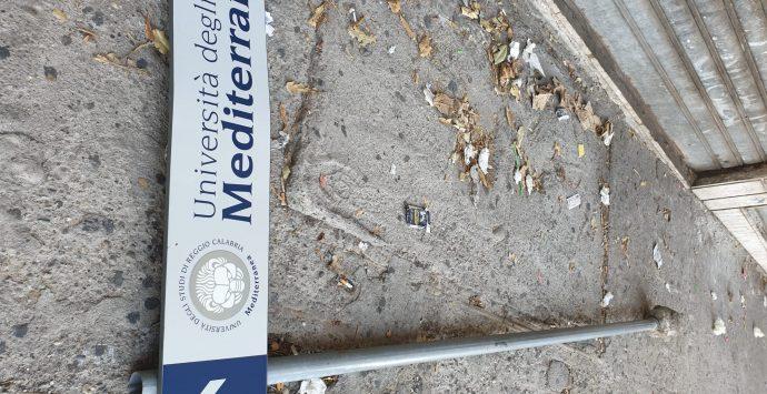 """Vandali in azione: a terra la segnaletica della """"Mediterranea"""""""
