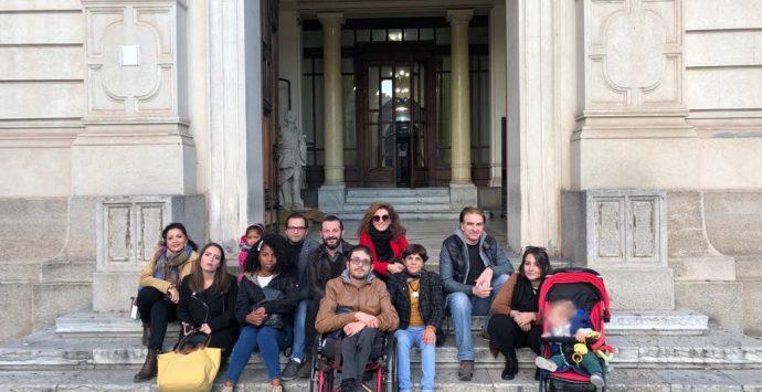Disabilità, Reggio Bene Comune attacca: «Palazzo San Giorgio fuorilegge»