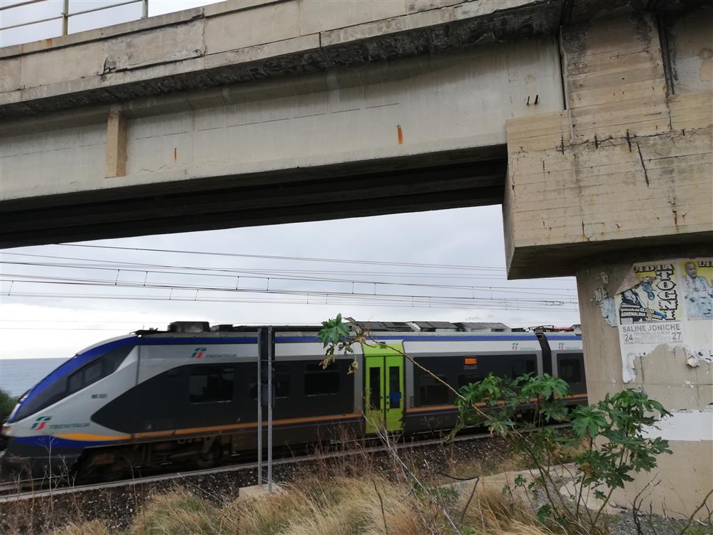 Saline, allarme dell'Ancadic: «Distacchi di cornicione dal viadotto sulla 106»