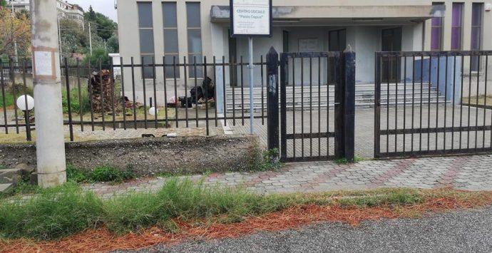 """Centro sociale """"Paolo Capua"""" abbandonato tra incuria e degrado"""
