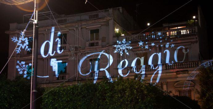 Luci in piazza Duomo, l'albero di Natale accende la speranza