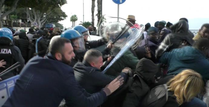 Reggio, lungomare bloccato. Scontri tra polizia e migranti