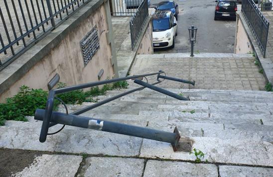 Reggio, vandali in azione in pieno centro: ringhiera divelta