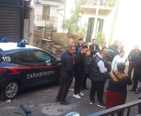 Bagnara: donna lancia feci e urina, intervengono i carabinieri