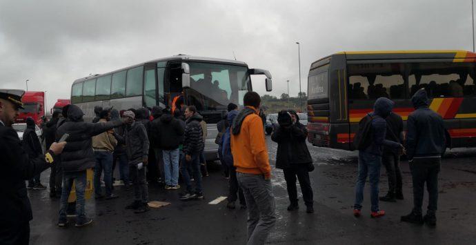 Porto, mediazione riuscita: sbloccati i varchi. La protesta si sposta a Reggio