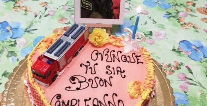 Una torta per Nino da mamma e papà. «Ovunque tu sia, buon compleanno»