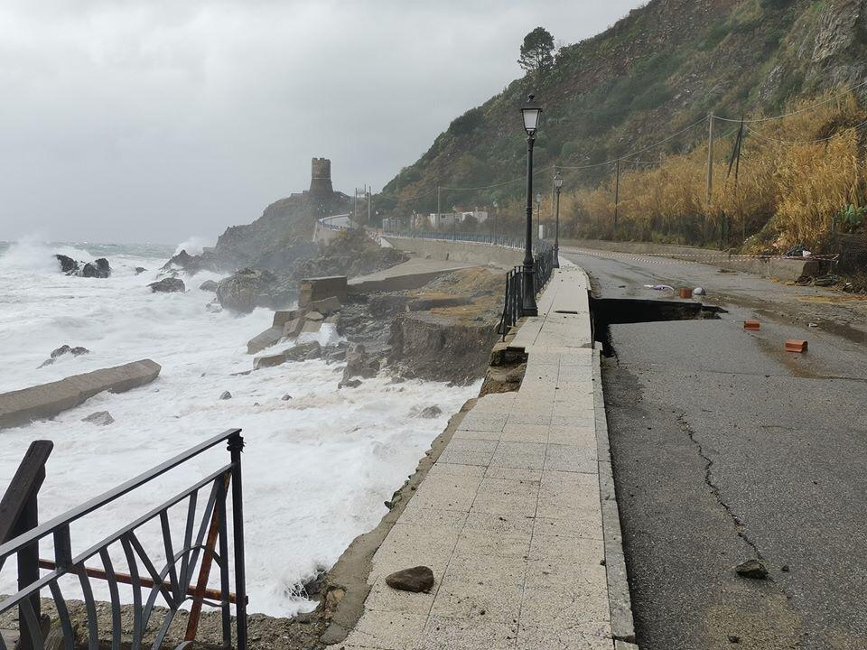 Bagnara, la mareggiata distrugge la strada che conduce al porto