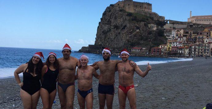 La mareggiata non ha fermato la tradizione del tuffo di Natale