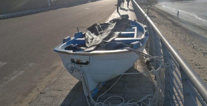 Barca sul marciapiede a Gallico rimossa dopo la denuncia di un disabile