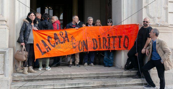 Protesta alloggi, alta tensione al Comune di Reggio