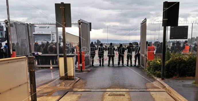 Porto di Gioia Tauro bloccato dalla protesta dei migranti della Piana