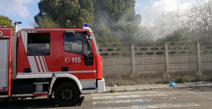 Incendio all'ex fiera di Pentimele, sul posto i vigili del fuoco
