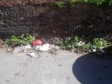 Reggio: via Pisa rimane invasa dai rifiuti, nonostante i solleciti a Comune ed Avr