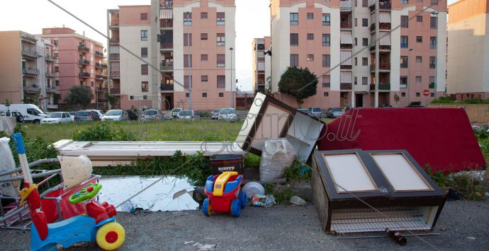 Sbarre, scenario desolante: rifiuti, buche e pozze piene d'acqua