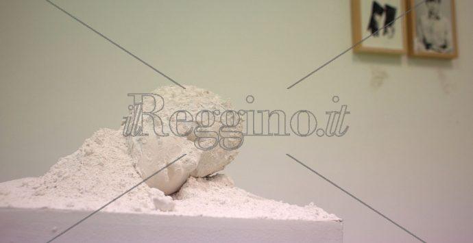 """A palazzo Crupi la mostra """"33stelline"""", cura e dolore per mantenere la memoria"""