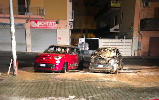 Reggio, in fiamme cinque auto. Si indaga sulle cause dell'incendio