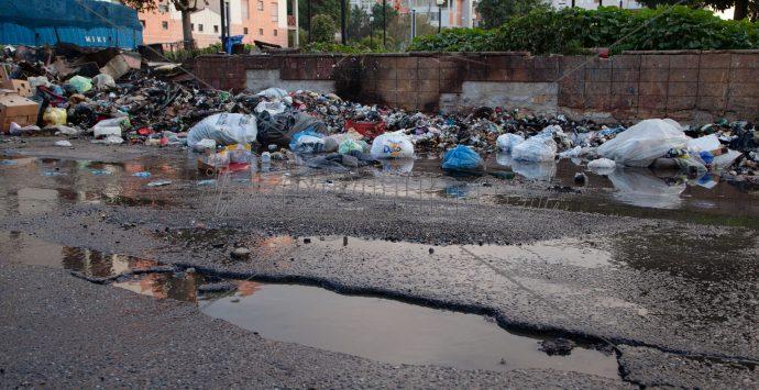 Emergenza rifiuti, Potere al popolo: «Stucchevole ping pong tra Comuni e Regione»
