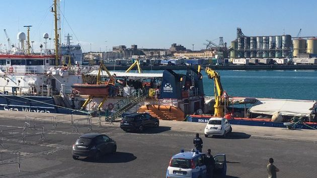 La Sea Watch entra nel porto di Messina. Immigrati in quarantena