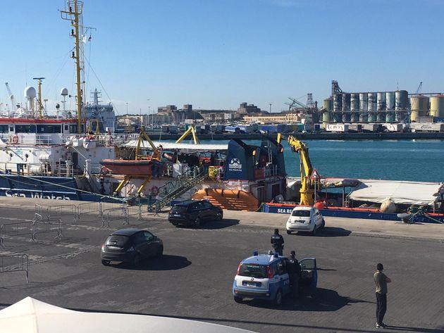 La Sea Watch entra nel porto di Messina. Immigrati in quarantena