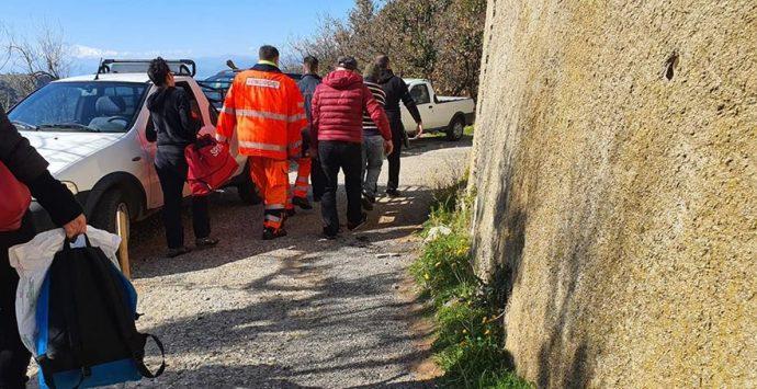 Reggio, uomo cade da albero e si ferisce. Soccorso ad alto rischio per la squadra del 118