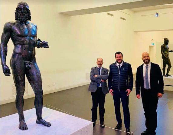 Salvini al museo, estasiato di fronte alla bellezza dei Bronzi di Riace