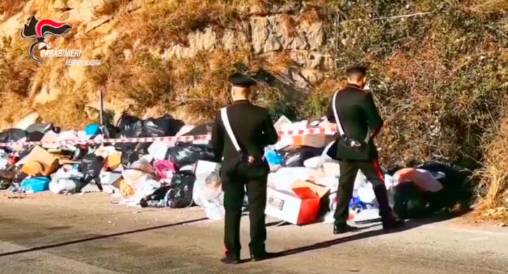 """Eternit e rifiuti pericolosi abbandonati in discarica: il video incastra un """"lordazzo"""""""