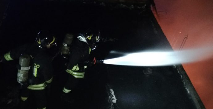 Lazzaro, esplodono due bombole. Ferito vigile del fuoco