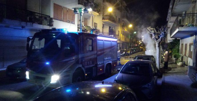 Villa San Giovanni, auto in fiamme in pieno centro cittadino
