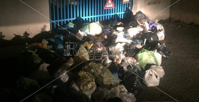 Reggio, rifiuti ammassati davanti ad una scuola. I lordazzi stavolta hanno esagerato