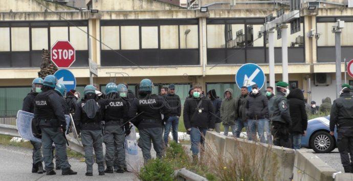 Coronavirus a Reggio Calabria, Villa San Giovanni assediata: 80 persone con 20 minori bloccati nel piazzale. Forze di polizia schierate