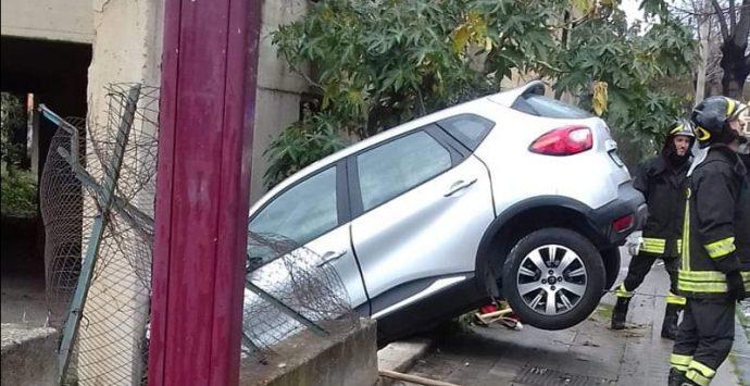 Reggio, incidente su viale Europa: auto contro palazzo