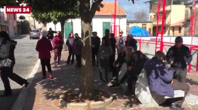 Senza acqua da 20 giorni: cittadini infuriati manifestano in municipio